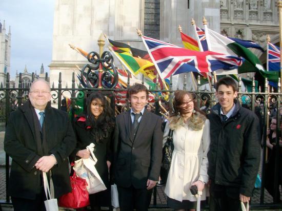 Westminster : 4 élèves et leur professeur, M. Spencer, étaient conviés à Westminster Abbey pour fêter Commenwealth Day, en prés